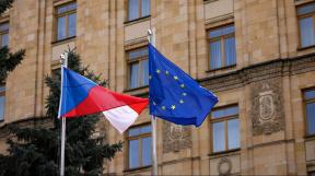 česká vlajka a vlajka EU