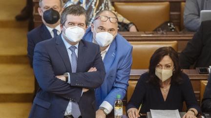Únik informací musí prošetřit tajné služby. Poslanci řešili Hamáčkův plán letět do Moskvy