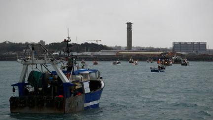 Nevraživost kvůli rybolovu. Spor Anglie a Francie zahrnuje ozbrojené lodě i vypnutí elektřiny