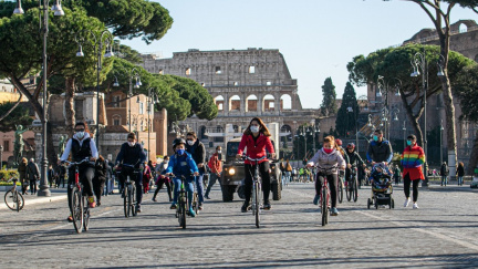 Kolem Kolosea na kole. Řím se otevírá cyklistům, i když pomalu a těžkopádně