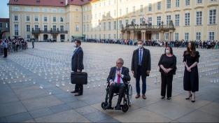 První svíčku zapálil prezident Miloš Zeman společně s manželkou Ivanou a dcerou Kateřinou