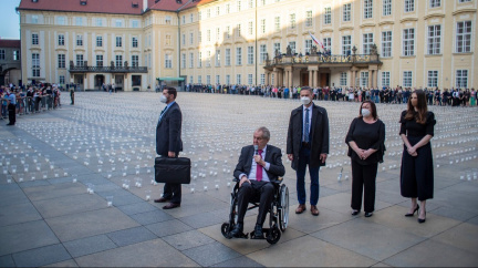 Za oběti covidu. 30 000 svíček se rozsvítilo na Pražském hradě