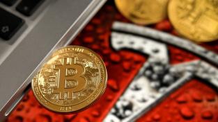 Bitcoiny pro své fungování potřebují počítače. Počet počítačů a objem energie, které bitcoiny vyžadují, stále roste, a s tím stoupá i uhlíková stopa digitální měny