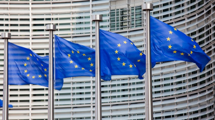 EU odkládá vyšší cla na dovoz z USA. Obě strany řeší spor, který odstartoval Trump