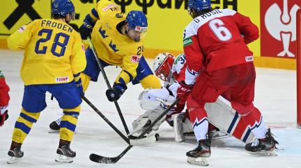 Čeští hokejisté zůstali na MS ve hře o čtvrtfinále, porazili Švédy 4:2