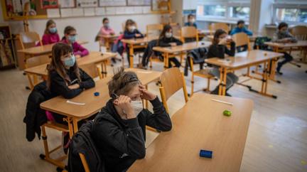 Ve školách bude výuka bez roušek, zvýší se počet diváků na kulturních akcích