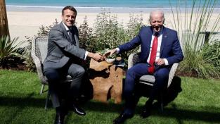 Francouzský prezident Emmanuel Macron vítá amerického prezidenta Joe Bidena před bilaterálním jednáním během summitu G7 v Cornwallu
