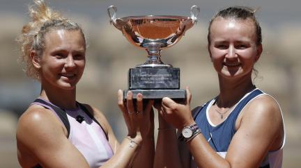 Tenistka Krejčíková ovládla Roland Garros, zvítězila se Siniakovou i ve dvouhře