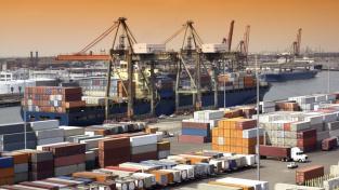 Problémy v globální kontejnerové dopravě zřejmě jen tak nezmizí, naopak je pravděpodobné, že se udrží minimálně do konce roku (Ilustrační foto)