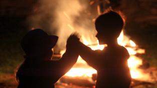 Děti bavící se u svatojánského ohně.