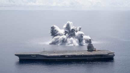 Exploze v Atlantiku. Americká armáda testuje novou letadlovou loď
