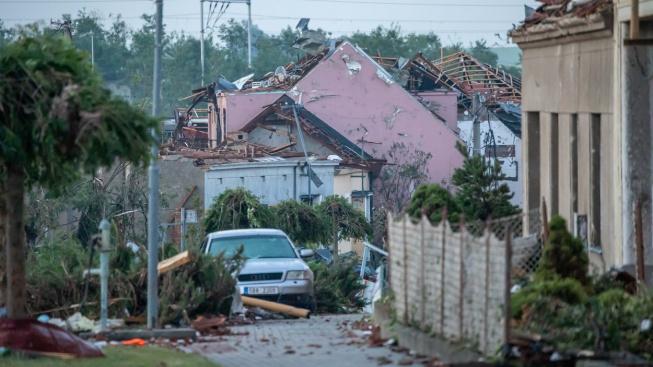 Bouře s kroupami o velikosti tenisových míčků i s tornádem se ve čtvrtek večer prohnala především na Břeclavsku a Hodonínsku
