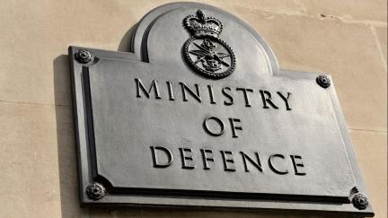 James Bond by nestačil zírat: Na zastávce se našly tajné britské dokumenty