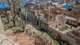 Majetkové škody po bouři doprovázené tornádem budou podle hejtmana Jana Grolicha nejméně 12 miliard korun na veřejném majetku, na soukromém mnohonásobně vyšší