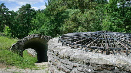 Z hrádku, který hostil Husa, zbyly ruiny. Přesto stojí za návštěvu