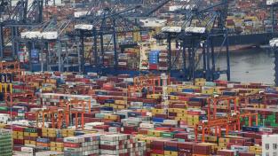 Mezinárodní kontejnerový terminál Jen-tchien je jedním z mnoha přístavů v oblasti Šen-čenu, které dohromady tvoří klíčovou vstupní bránu pro export z delty Perlové řeky
