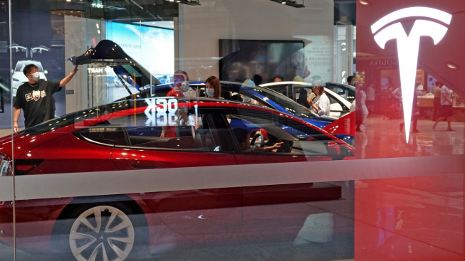 Tesla je nyní s velkým náskokem nejhodnotnější automobilovou společností na světě