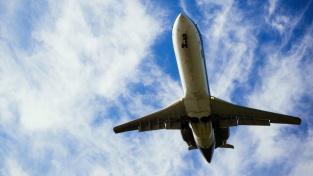 Letenky citelně podraží. Chystá se daň na letecké palivo