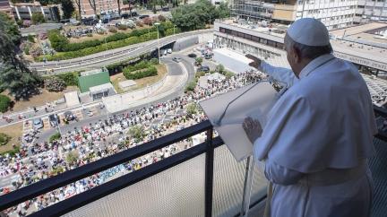 Papež se poprvé od operace objevil na veřejnosti, působil v dobré kondici