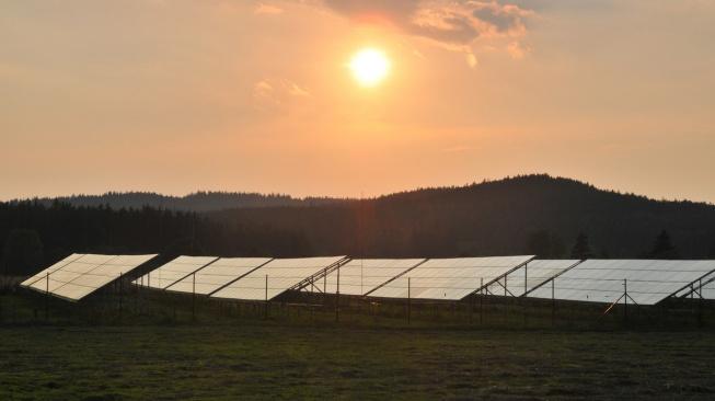 Solárním elektrárnám uvedeným do provozu v letech 2009 a 2010 se nejspíše zvýší solární daň o 10 procentních bodů a současně se sníží jejich podpora