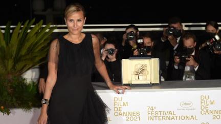 Zlatou palmu v Cannes získal kontroverzní francouzský snímek Titane