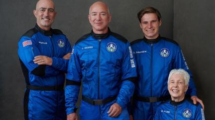"""""""Nejlepší den vůbec."""" Bezos letěl k hranici vesmíru, let trval 10 minut"""