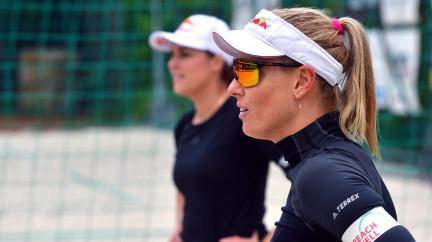 Plážová volejbalistka Nausch Sluková má covid. Olympijský výbor vyšetřuje letecký speciál kvůli nákaze