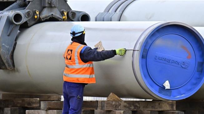 Pracovník na staveništi plynovodu Nord Stream 2 v Lubminu na severovýchodě Německa