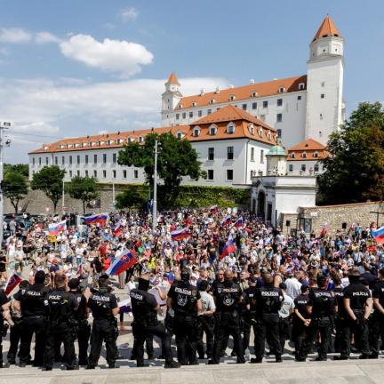 Před slovenským parlamentem lidé protestovali kvůli zákonu k očkovaným