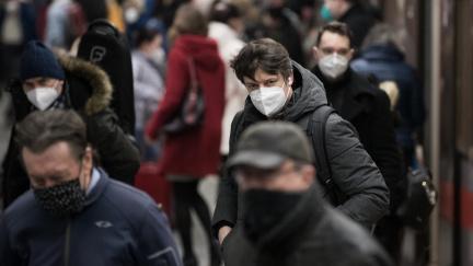Aktualizováno: Soud zrušil opatření o nošení respirátorů uvnitř, není podle něj dostatečně odůvodněné