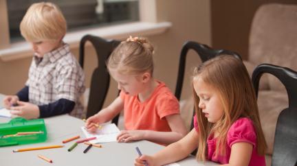 Dětské skupiny zůstávají, na jesle se nezmění, otcovská bude prodloužená, schválila sněmovna