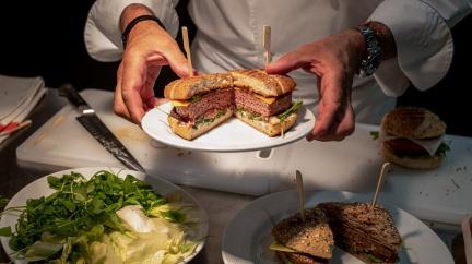 Umělá inteligence umí vegetariánským steakům přičarovat chuť hovězího