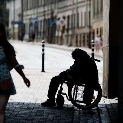 Většina nízkopříjmových rodin v EU nemá na dovolenou