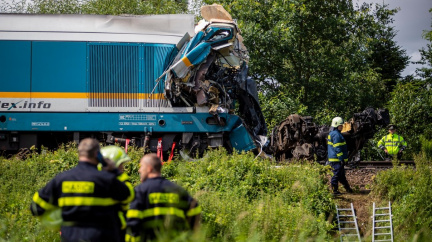 Srážka vlaků na Domažlicku: Tři lidé zemřeli, pět dalších je v kritickém stavu