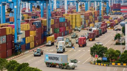 V čínských přístavech se zhoršují zácpy. Terminál v Ning-po je zavřený sedmý den