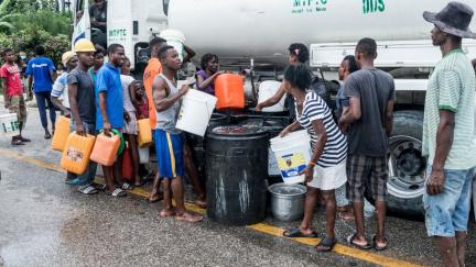 Na Haiti roste nespokojenost kvůli nedostatečné pomoci od vlády. Chybí tu stany, jídlo i pitná voda