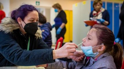 Plaga a Rakušan apelují na rodiče, aby nechali otestovat školáky. Zdůraznili, že testy jsou neinvazivní
