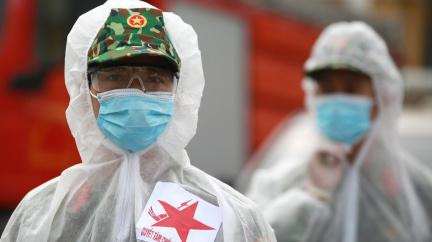 Vojáci v ulicích Ho Či Minova města dohlížejí na dodržování zákazu vycházení