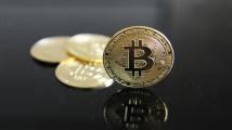 Cena bitcoinu poprvé od května překročila 50 tisíc dolarů