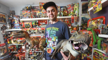 Objevil figurku T-Rexe z dětství a zamiloval se. Dinosauři mu zabírají celou ložnici
