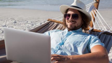 Plážový home office zachraňuje turistické ráje