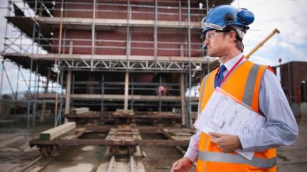 Zpomaluje růst průmyslu a stavebnictví, chybí zaměstnanci i materiály