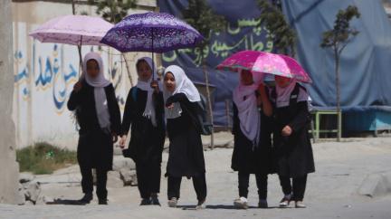 Tálibán: Dívky a ženy smějí studovat, ale zahalené a v ženských třídách