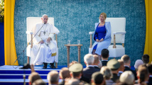 Papež František navštívil Slovensko. Vyzval Evropu k solidaritě, Čaputová mu darovala chléb a med