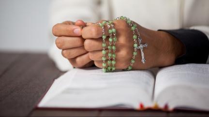 Francouzští katoličtí kněží zneužili podle vyšetřovací zprávy 216 tisíc dětí za 70 let