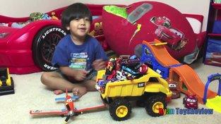 Video, jak si Ryan hraje s autíčky, viděly miliony lidí