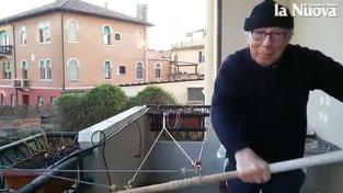 Když nemůže na svou gondolu, trénuje Lucio Dolcetta doma na balkoně na vlastnoručně sestrojeném trenažéru